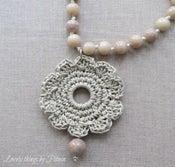 Image of Collar con flor de ganchillo aro