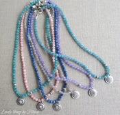 Image of collar bolitas de colores y pieza de strass