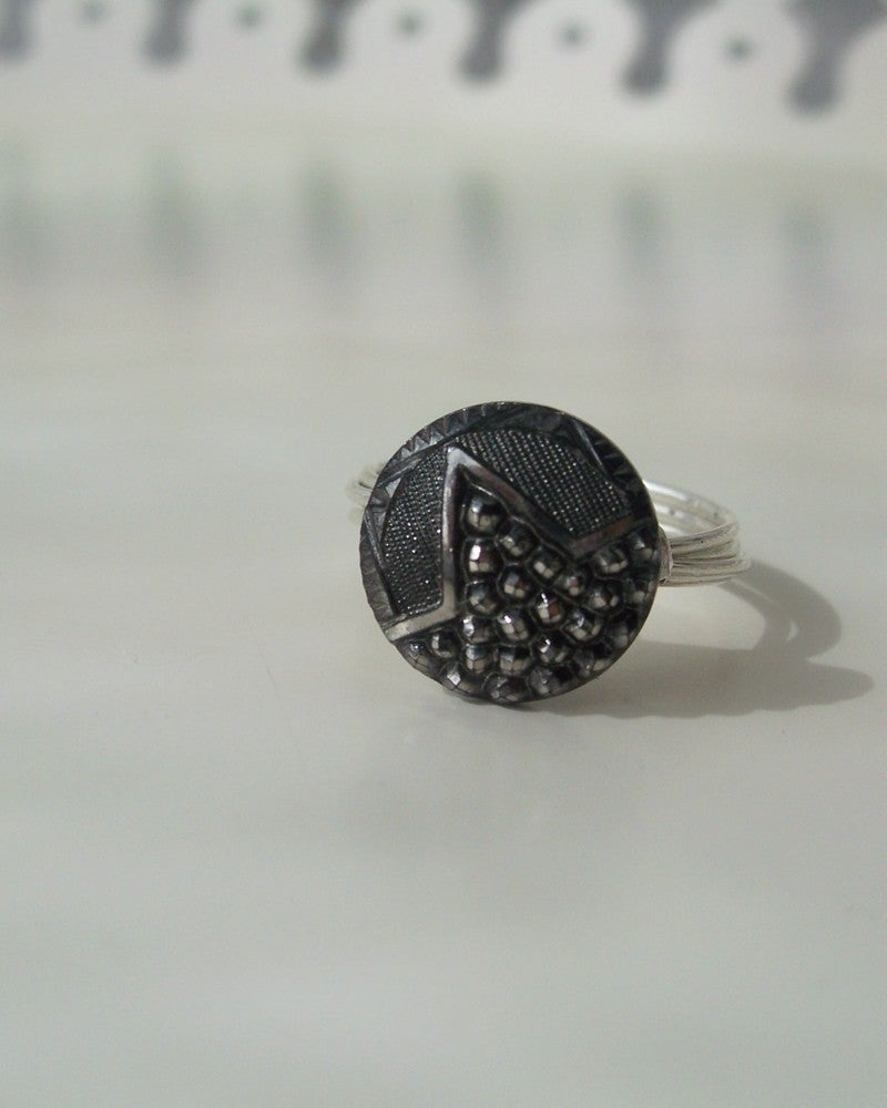 """Image of """"Shy Star"""" vintage button ring"""