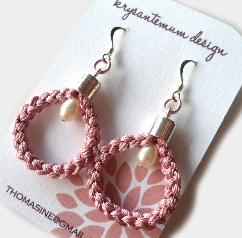 Image of Grå eller rosa øreringer i 100% silke med perler - grey braided earrings
