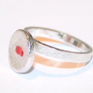 Image of Ring zilver met knoop - rode draad, te Antwerpen, ringen, Wijngaardstraat, goudsmid, verlovingring