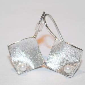Image of Handgemaakte oorbellen ruitvorm met zoetwaterparel, Antwerpen, oorhangers, parels, zilver, handmade