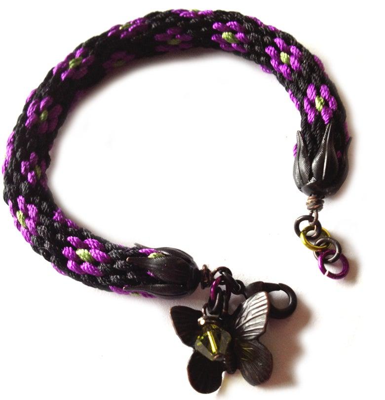 Image of Svart blomst - silkearmbånd med messingdetaljer - silk bracelet with brass details