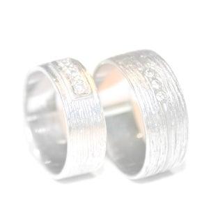 Image of Trouwringen zilver met fijne lijntjes en diamanten, juwelen verkrijgbaar in Antwerpen