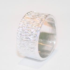 Image of Ring in zilver met lijntjesstructuur in de breedte, trouwringen op maat, Wijngaardstraat, Antwerpen