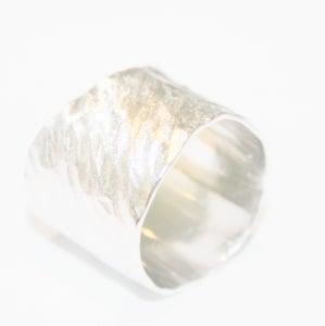 Image of Brede zilveren ring, schuin gehamerd, verkrijgbaar te Antwerpen, verlovingsring, trouwring