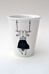"""Image de Gobelet en porcelaine """"petite fille au trapéze"""""""