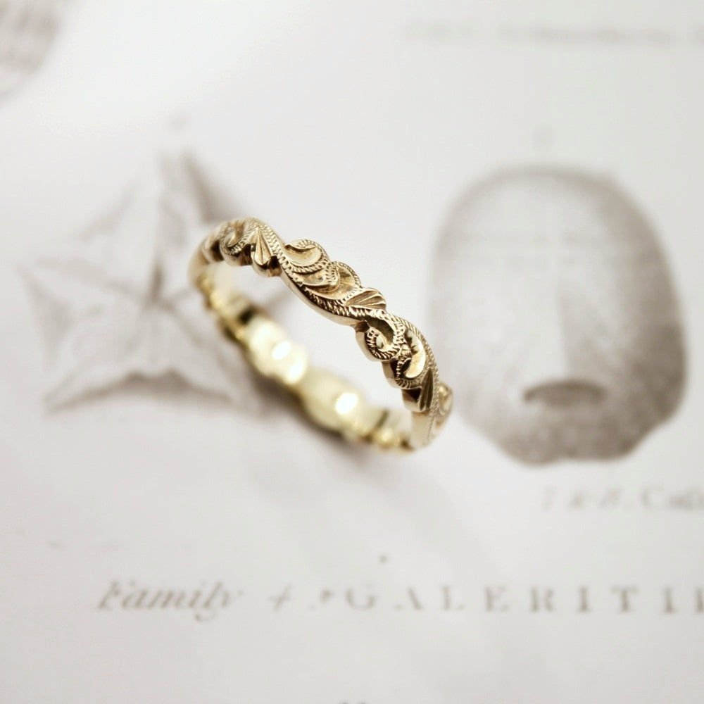 Image of 18ct gold 4mm floral carved