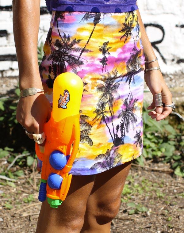"Image of Mini jupe ""BIENVENIDO A MIAMI"" motif palmiers"