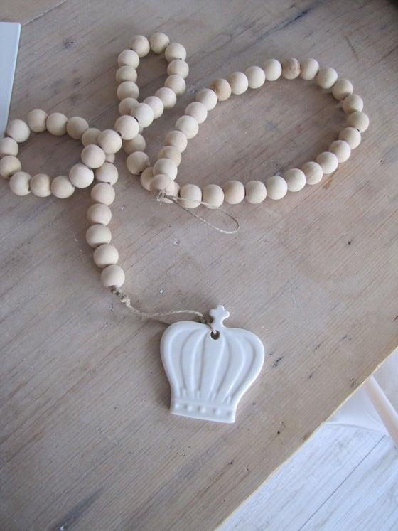 Image of Guirlande de perles bois et sa couronne en porcelaine