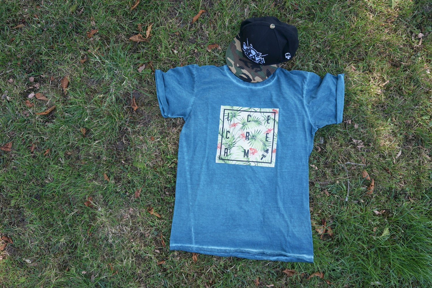 Image of SUMMER PARADIES DENIM PLUG MEN TEE / GREEN CLASH