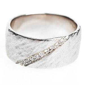 Image of Trouwring zilver, schuin gehamerd met 9 diamantjes, trouwringen op maat, Wijngaardstraat, Antwerpen