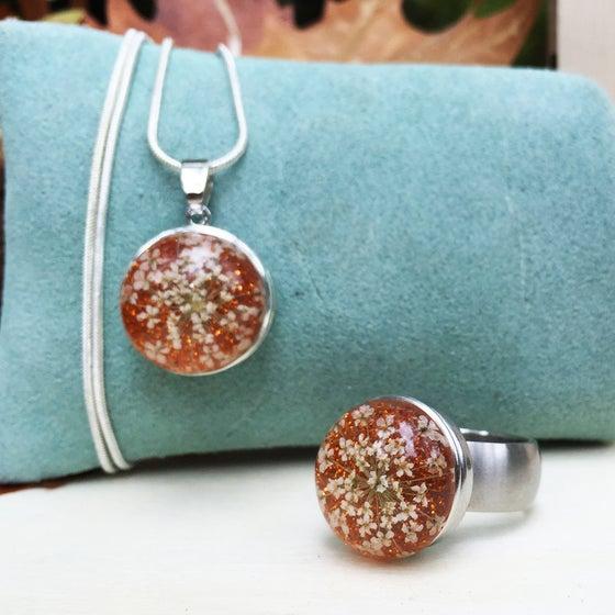 Image of Conjunto Acero de Anillo y Colgante Flores Naranja