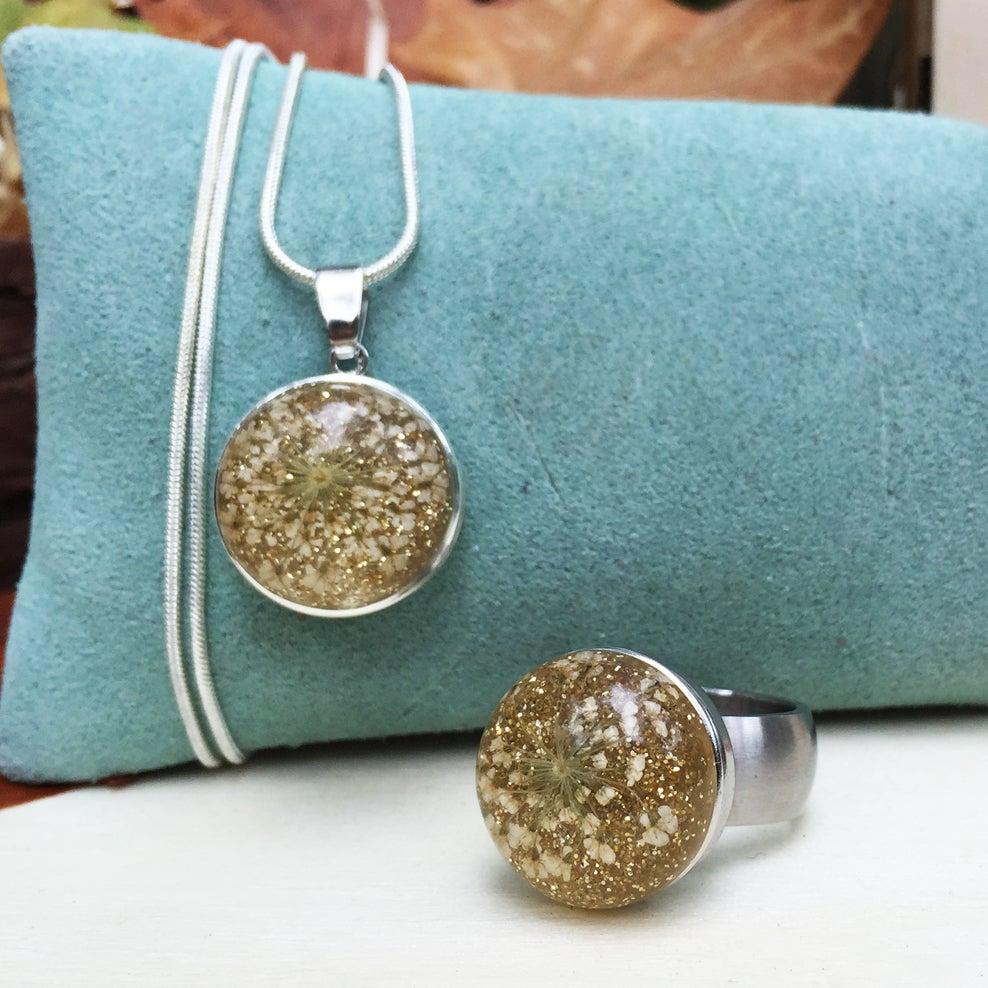 Image of Conjunto Acero de Anillo y Colgante Flores Oro