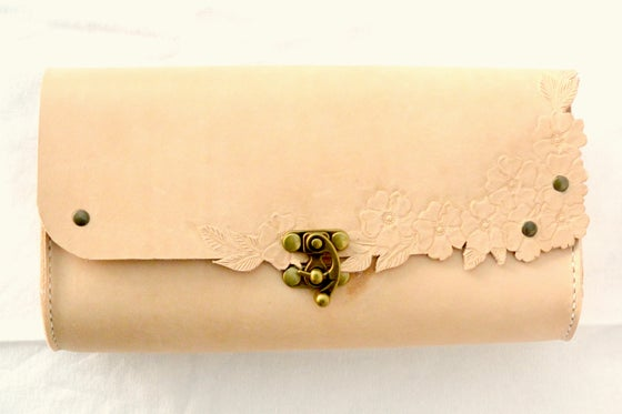 Image of Blossom clutch # I - natur - CUSTOM ORDER - Fås i flere farver