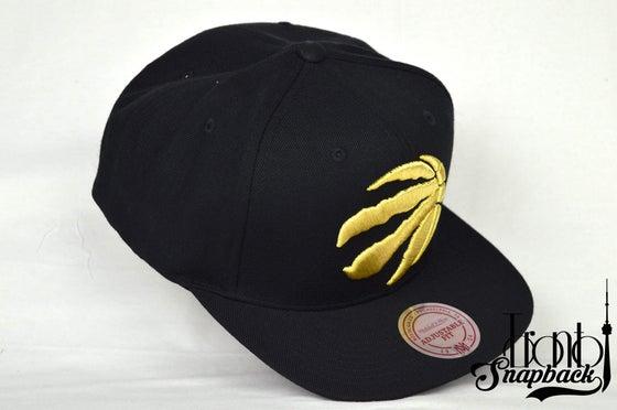 Image of TORONTO RAPTORS BLACK & GOLD FULL XL LOGO MITCHELL & NESS SNAPBACK