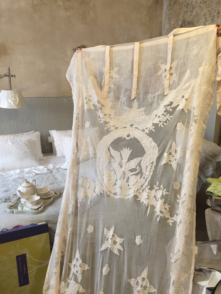 Image of Tenda in garza di lino ricamata rosa polvere