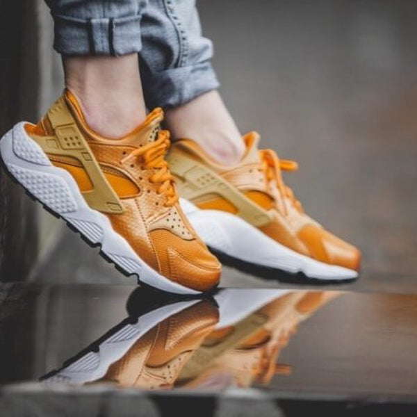 Image of NIKE HUARACHES GOLD RUSH