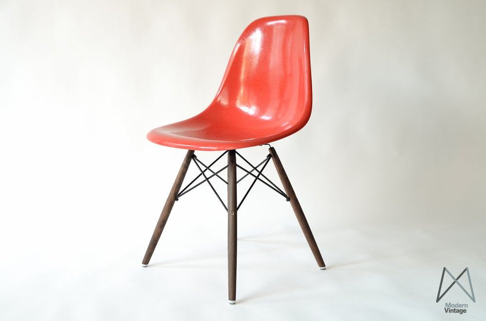 Image of Eames Herman Miller fiberglass side chair in True Red stuhle
