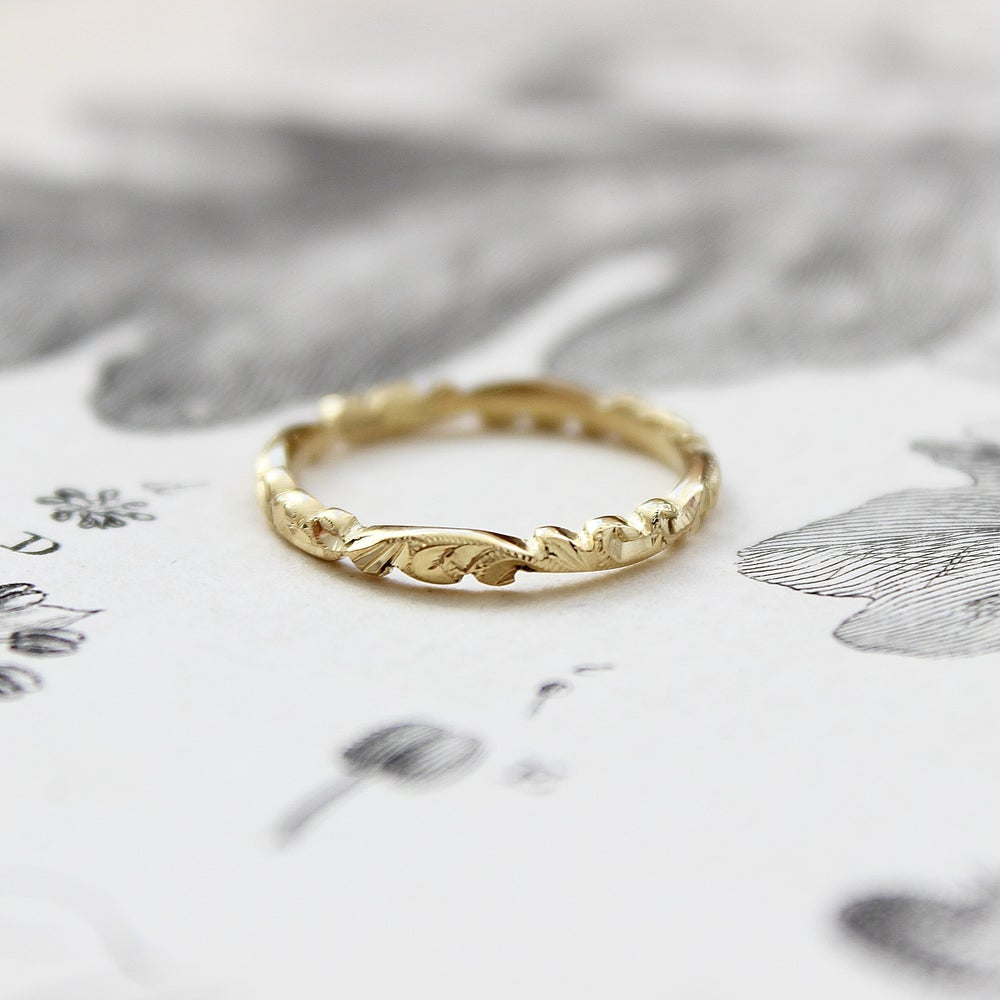 Image of 18ct gold 2.5mm floral carved