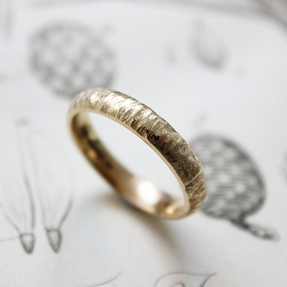 Image of 9ct gold 4mm horn texture ring