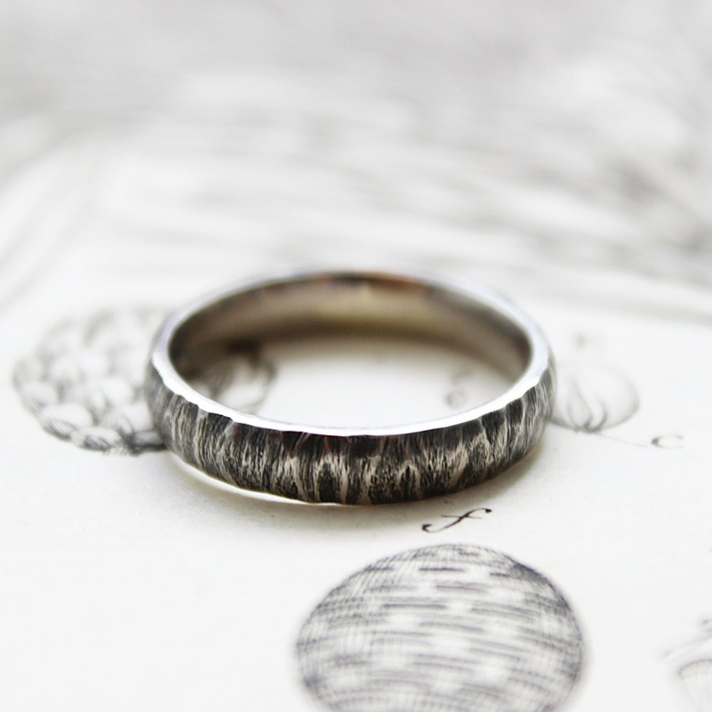 Image of palladium 4mm horn texture ring