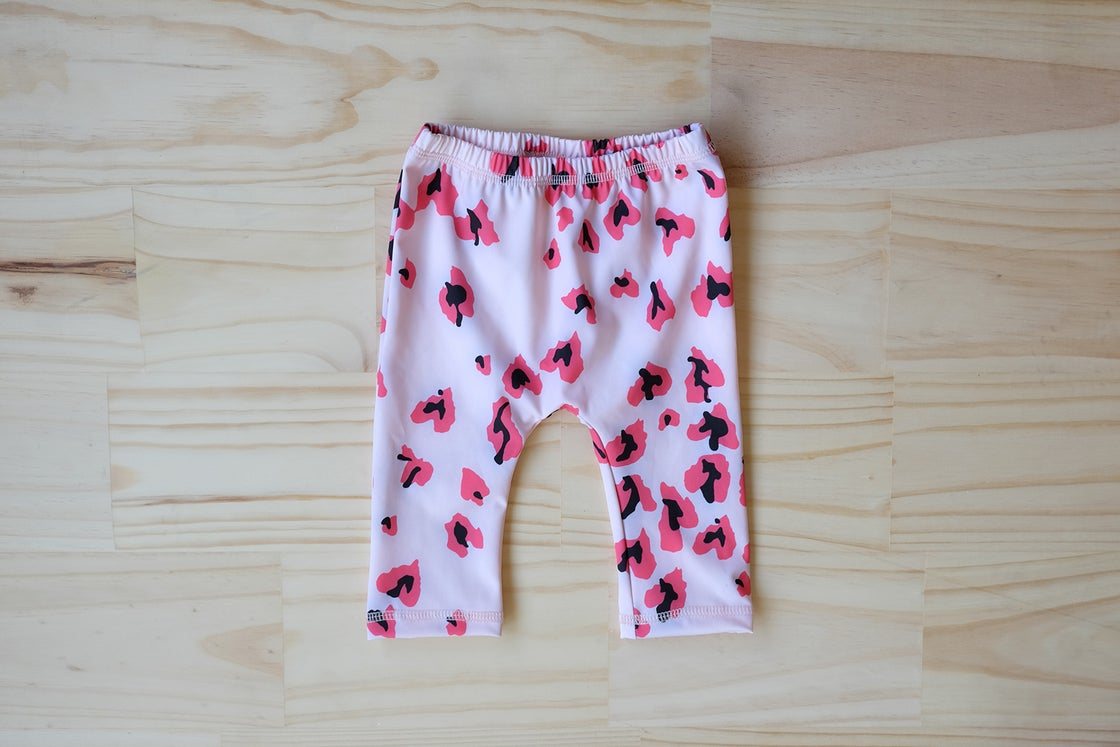 Image of KIDS SWIM - ORION LEGGING - PINK CHEETING HEARTS