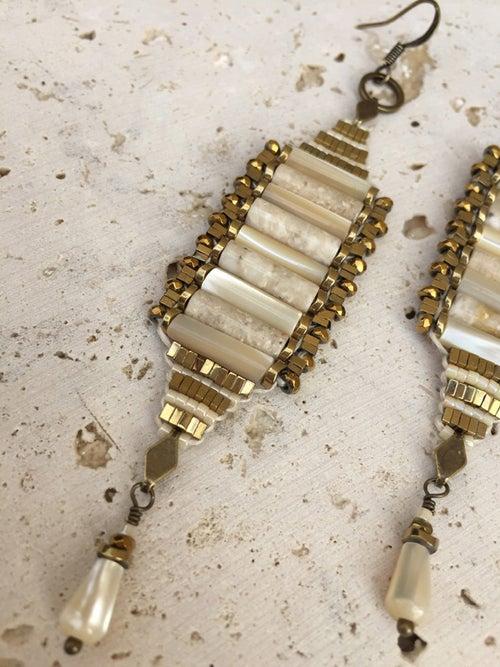 Image of Boucles d'oreille tissées tubes nacre WILD