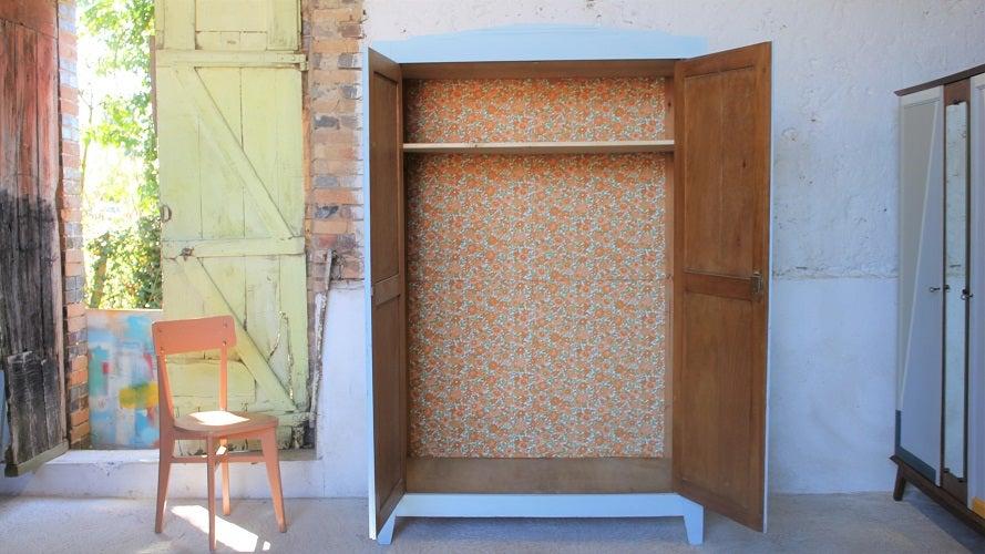 Image of Grande armoire en pin peinte en bleu polaire
