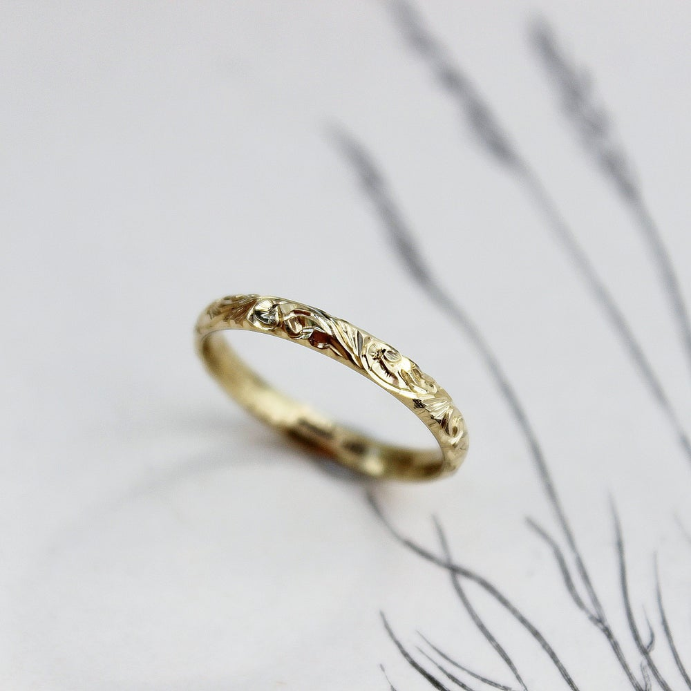 Image of *NEW* 18ct gold 2.5mm floral engraved ring