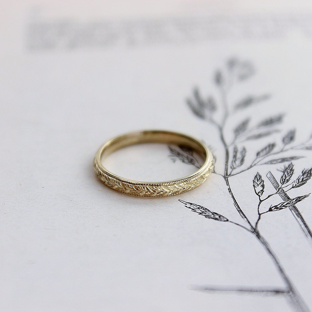 Image of *NEW* 18ct gold 2mm laurel leaf and milled edge engraved
