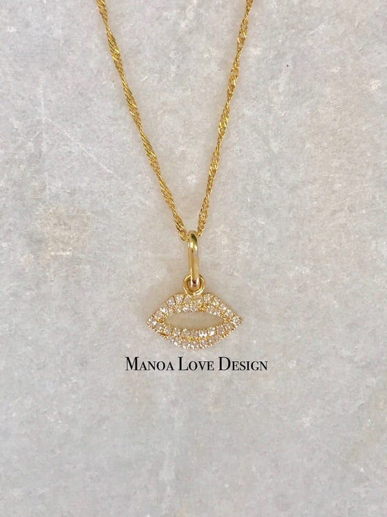 Image of kiss diamonds pendant