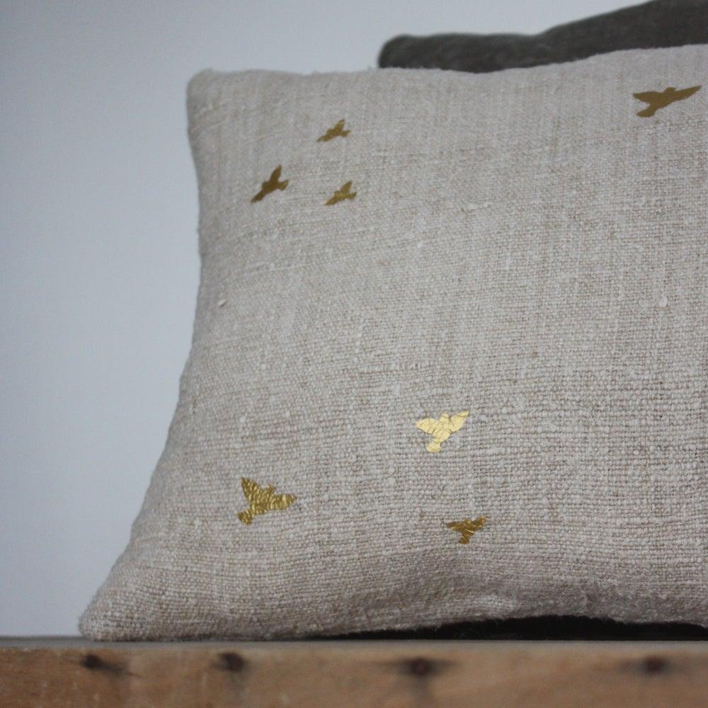 Image of Coussin envolée d'hirondelles dorées.