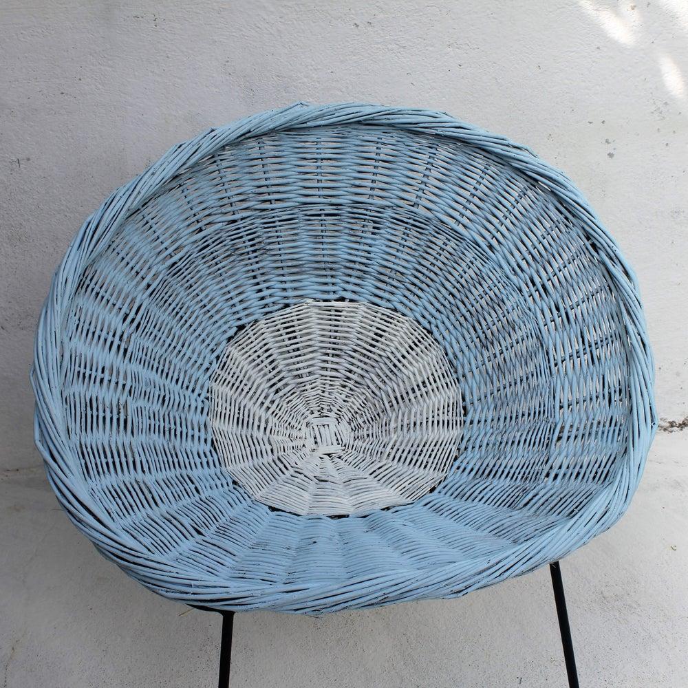 Image of Fauteuil corbeille en osier peint