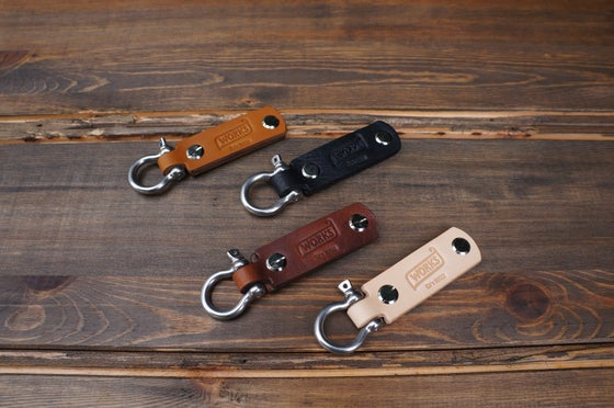 Image of BOW SHACKLE LEATHER KEY FOB
