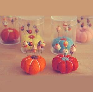 Image of Kit cupcake pincushion and 5 pins or ladybug - Kit acerico y 5 alfileres magdalena o mariquita