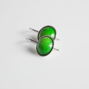 Image of Handgemaakte zilveren oorhangers met groen blik, Antwerpen, oorhangers