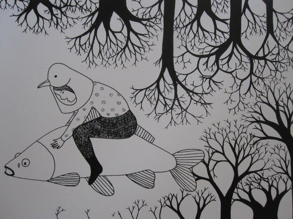 Image of Petite fille-oiseau sur son poisson blanc