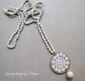 Image of Collar largo con medallón de crochet