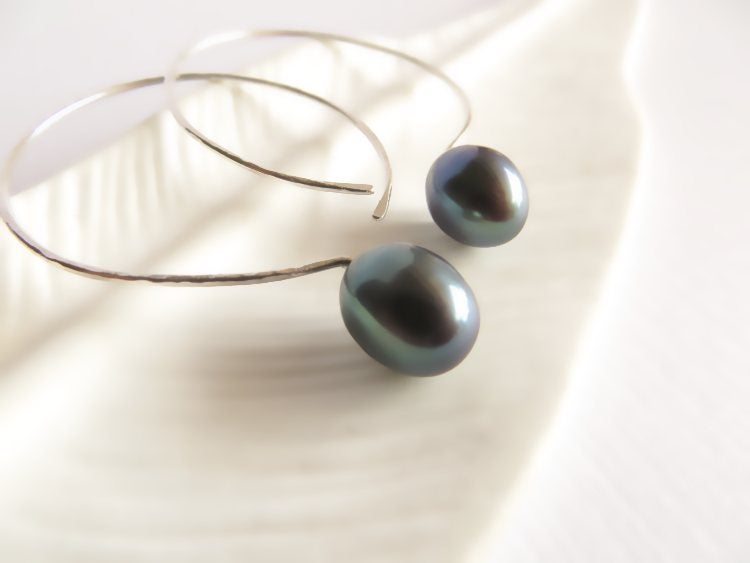 Image of Black pearl hoop earrings - Momi Darkness Hoops