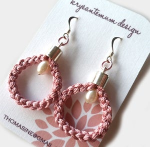 Image of Grå eller rosa øreringer i 100% silke med perler - grey braided earrings