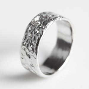 Image of Handgemaakte trouwring, zilveren trouwring, groffe structuur, juwelen Antwerpen