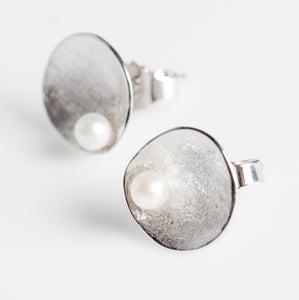 Image of Handgemaakte zilveren oorstekers met zoetwaterparels, oorbellen, Wijngaardstraat, Antwerpen