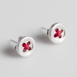Image of Handgemaakte zilveren oorstekers met rood draadje-kruis, juwelen te Antwerpen