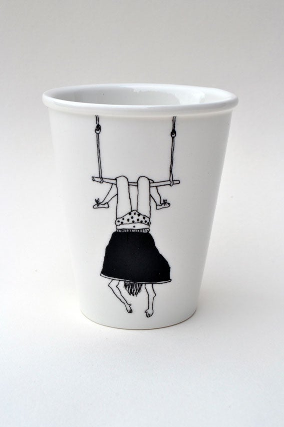 """Image of Gobelet en porcelaine """"petite fille au trapéze"""""""