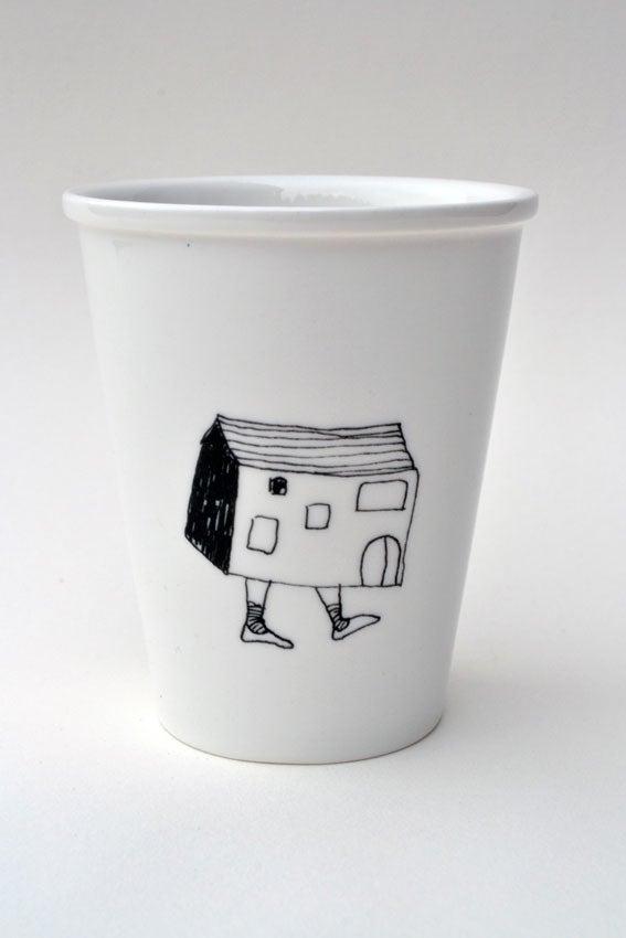 """Image of Gobelet en porcelaine """"la maison qui marche"""""""