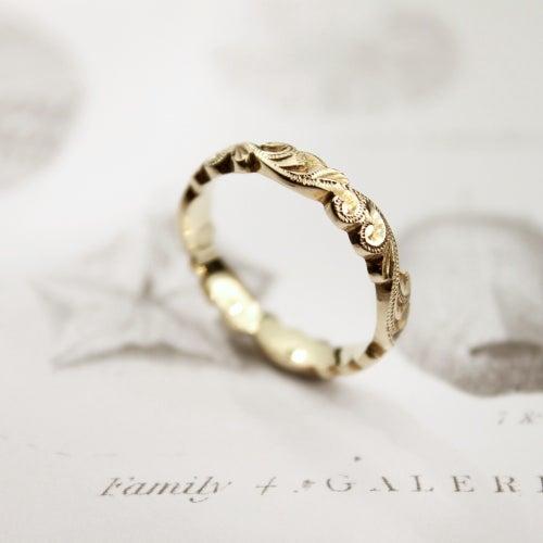 Image of 18ct gold 4mm floral carved
