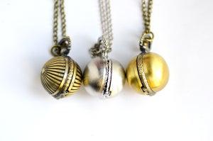 Image of Sautoir-Montre boule, bronze, striée ou argentée macaron