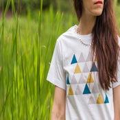 Image of Tee-shirt blanc impression triangles colorés