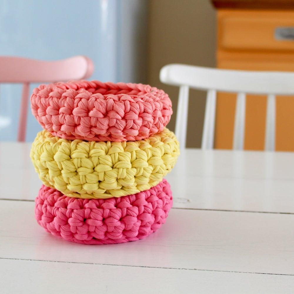 Image of Corbeilles au crochet rose, jaune pastel et corail
